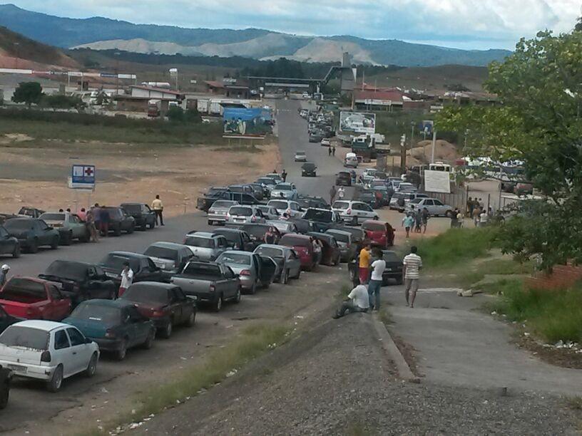 zzzzVenezuela 3 - Fila de brasileiros tentando abastecer na fronteiraFoto JPavani