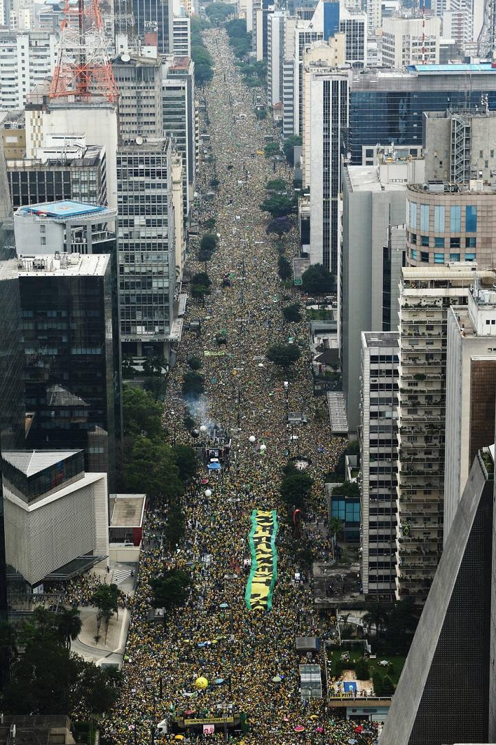 DNT_9033.JPG DNT 13-03-2016 SAO PAULO - SP / EMBARGADO / NACIONAL OE / PROTESTO / MANIFESTAÇÃO /ATO PELO IMPEACHMENT DE DILMA/CONTRA CORRUPÇÃO - Vista aerea da Av. Paulista com manifestantes em ato de apoio ao impeachment da Presidente Dilma Rousseff, a investigacao da Lava Jato e ao Ministerio Publico do Estado de Sao Paulo que pediu a prisao preventiva do ex-presidente Lula ( CRISE / POLITICA / ATO / PROTESTO / MANIFESTACAO / IMPEDIMENTO ) - FOTO DANIEL TEIXEIRA/ESTADAO
